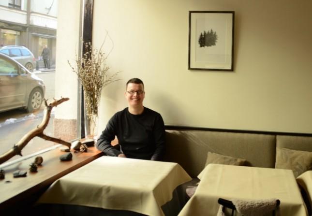 Ravintola Askin keittiömestarin Janne Nevalaisen on helppo hymyillä.