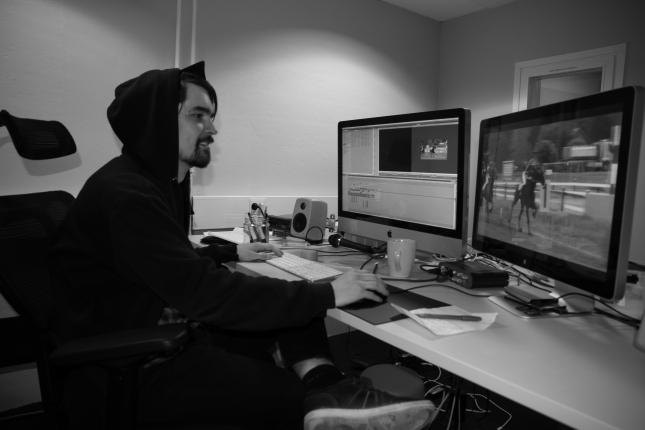 Leikkaaja Otto Andersson valmistelee RaviTV:n inserttiä. Nykyisen tekniikan avulla juttuun voidaan tehdä nopeastikin muutoksia