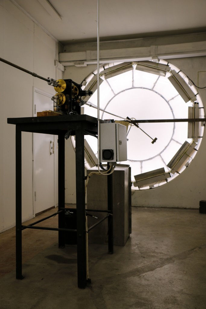 Molempien kellotaulujen akselit yhdistyvät kellon koneistoon