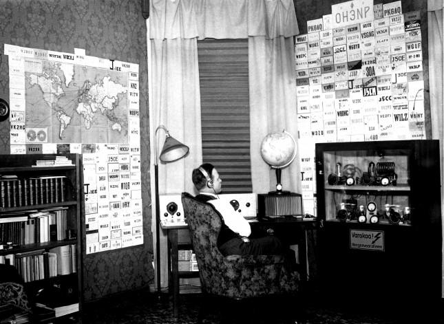 SRAL:n arkisto: Valentin Granqvist, OH3NP, kuittauskorttien täyttämä seinä vuodelta 1946.