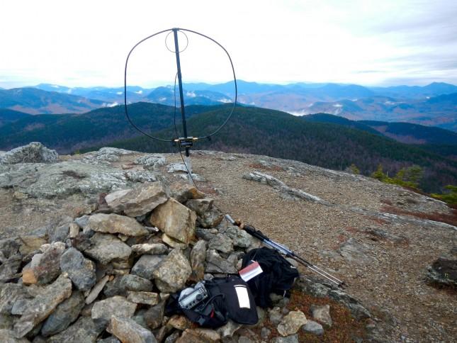 Pixabay (CC0 Public Domain): Radioamatöörin antenni pystytetty ylhäälle vuoristoon.
